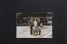 Dernière photo de l'album : rencontre des cousins d'Afrique avec la petite soeur de Guilherme en 1979