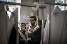 Frol Burimskiy checking details in the fitting room before the Haute-Couture's runway show of Ulyana Sergeenko. Frol Burimskiy vérifiant les derniers détails avant le défilé Haute-Couture de Ulyana Sergeenko.