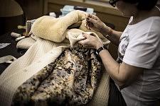Last minutes sewing before Ulyana Sergeenko Haute-Couture runway show. Dernières minutes pour recoudre avant le défilé Haute-Couture de Ulyana Sergeenko.