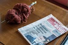 Wool and french newspaper with title on the political reform of the pensions, retirement home, Paris, September 2017. Pelotte de laine, aiguilles à tricolter et journal quotidien titrant sur la réforme des retraites, dans un Ehpad, Paris, Septembre 2017.