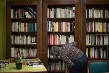 Old lady looking for a book in the library of the retirement home Korian Daumesnil, Paris, September 2017.Vieille dame cherchant un livre dans la bibliothèque de l'ehpad Korian Daumesnil, Paris, Septembre 2017.