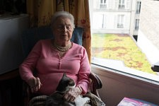 Christiane and the cat she shares with her friend, in her bedroom of the retirement home, Paris, September 2017.Christiane et le chat qu'elle a recueilli avec une amie, dans sa chambre d'ehpad à Paris, septembre 2017.