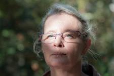 Portrait of the nurse Nathalie, who knows well the Alzheimer pathology, in the garden of the retirement home.Portrait de l'infirmière Nathalie, connaisant bien la pathologie d'Alzheimer dans le jardin de l'ehpad.