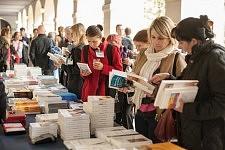 Books break during ICCEC 2014 : the public look at the books stall, Ecole de Médecine, Paris.Pause livres : les participants regardent les livres sur le stand pendant l'ICCEC 2014, Ecole de médecine, Paris.