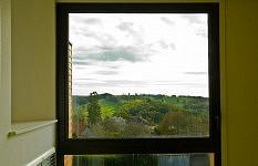 Fenêtre avec vue dans un couloir de circulation