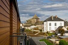 Vue d'un balcon d'une chambre donnant sur l'église et la mairie du village de Saint-illide