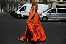 Elina Halimi, fashion consultant, in the street after the Elie Saab runway show, July 5th 2017.Elina Halimi, consultante mode, dans la rue après le défilé Elie Saab, le 5 juillet 2017.