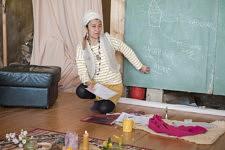 Nydia Solis explains what is a bioclimatic house and how to practise the eco construction in straw-clay mixture. Nydia Solis explique ce qu'est une maison bioclimatique et comment pratiquer l'éco construction terre paille.