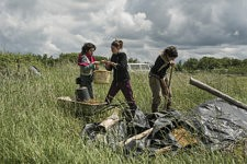 Nydia Solis, Charlotte and Alice going to bring back the clay stocked in a one of the field of the eco village. Nydia Solis, Charlotte et Alice vont rapporter la terre d'argile stockée dans un des champs de l'éco village.