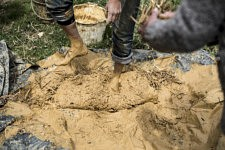 "Nydia Solis explains how to work the straw-clay mixture in order to get ""mud"" with hands, bare feet, water, clay, straw, hay and a thick plastic cover used by farmers. Nydia Solis explique comment travailler la barbotine afin d'obtenir la ""boue"", avec les mains, les pieds nus, l'eau, l'argile, la paille, le foin et une bâche d'agriculteur."