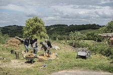 The group of the women working altogether to produce the straw-clay mixture. Le groupe des femmes travaillant ensemble à produire le mélange terre-paille.