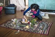 Nydia Solis allume la bougie sur l'autel du cercle de femmes.