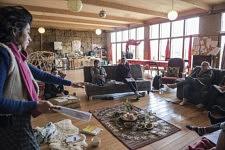 The women circle at the bioclimatic construction workshop of Nydia Solis, in the collective great room of Ecolectif. Le cercle des femmes pendant le stage de construction bioclimatique naturelle de Nydia Solis, dans la grande salle collective de Ecolectif.