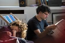 Le rythme de notre maisonnée en confinement s'est synchronisé au fil des jours : le fils et le père en pleine lecture dans le salon.