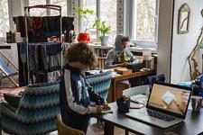 Télétravail, activité pédagogique en ligne, linge qui sèche, un concentré du quotidien dans le salon.