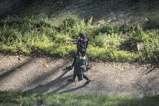 Vue de la fenetre sur les bords Canal de Brienne, normalement fermes au public depuis le septieme etage : un couple portant des masques de protection faits maison se promene le long de l eau, 5 avril 2020.