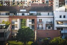 Au loin dans un immeuble, comme un tableau, dans une douce atmosphère, ce couple profite de la fin de journée sur un balcon qui semble exigu.