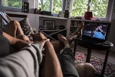 Soirée télé canapé, ce qui n'était pas dans nos habitudes familiales avant le confinement, mais les écrans ont envahi plus encore notre vie quotidienne devenue sédentaire : travail, distraction, apprentissage, détente, en solitaire ou tous réunis...