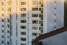 A 20h, les voisins dans un immeuble qui ressemble au nôtre applaudissent le personnel soignant depuis leurs fenêtres, comme nous depuis notre petit balcon.