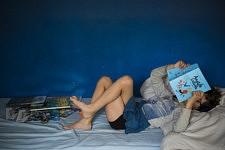 Mon fils, confortablement installé sur son lit, aime lire et relire Anatole Latuile, 19 avril 2020.