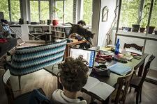 Le suivi pedagogique quotidien envoye par sa maitresse par mail que l on coupe en deux, matin et apres midi, parfois interrompu par le chat : pas facile de trouver la motivation, 23 avril 2020.