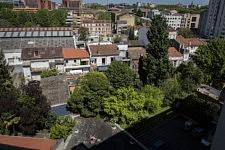 La vue depuis le balcon sur Toulouse : je remarque pour la première fois ces deux filles assises sur le toit du parking couvert, alors qu'il fait soleil à nouveau, 25 avril 2020.
