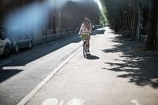 Woman on a bike on the Promenade du Basacle. Jeune femme à vélo sur la promenade du Basacle.