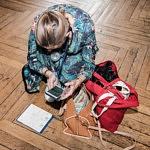 Participantes occupées à chercher une informations sur son portable et dans ses notes, pendant le Forum