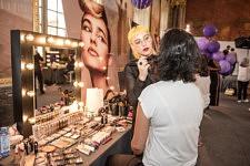 Séance maquillage sur le Corner L'Oréal