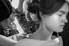 Application d'un pochoir sur le dos d'un modèle - Backstage du défilé Haute-Couture de la créatrice de mode chinoise Guo Pei  le 27 janvier 2016, Paris.