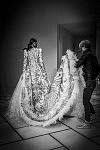 Essayage de la robe de mariée par Cindy Bruna - Backstage du défilé Haute-Couture de la créatrice de mode chinoise Guo Pei  le 27 janvier 2016, Paris.