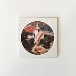 """""""Obidos"""", pièce unique, 10 x 10 cm, signée au dos, faite à la main par la photographe. Image choisie, découpée, recadrée, insérée derrière le hublot protecteur, comme une loupe sur la miniature, fixée au papier canson, avec un espace de méditation neutre autour du cercle de l'image, le tout sur un support carton plume d'un centimètre d'épaisseur. Le motif circulaire est aussi un hommage à l'écrivain poète portugais Fernando Pessoa qui portait des lunettes cerclées."""