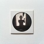 """""""Au revoir Braga"""", pièce unique 10 x 10 cm, signée au dos, faite à la main par la photographe. Image choisie, découpée, recadrée, insérée derrière le hublot protecteur, comme une loupe sur la miniature, fixée au papier canson, avec un espace de méditation neutre autour du cercle de l'image, le tout sur un support carton plume d'un centimètre d'épaisseur. Le motif circulaire est aussi un hommage à l'écrivain poète portugais Fernando Pessoa qui portait des lunettes cerclées."""