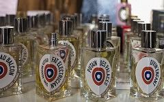 Détail de flacons de parfums à L'Autre Parfum, Toulouse, avril 2017.