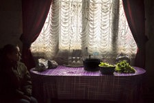 Daily life at another Rom family inside a squat of Marseille, former french army quarter. Dinner in preparation. Scène de la vie quotidienne chez une autre famille de Roms dans un squat de Marseille, ancienne carserne de L'armée française. Le dîner est en préparation.