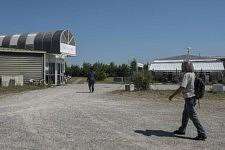 Un militant raccompagne une femme refugiée à son lieu de vie provisoire où elle vit en famille, Ariège