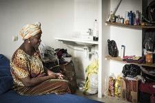 Dalanda, dans sa chambre au CADA,  vit un moment particulier car elle a obtenu après deux ans une protection subsidiaire en appel après le rejet de sa demande pour le statut de réfugié. Cela lui donne le droit d'avoir une carte de resident pour quatre ans, ainsi que des devoirs. C'est une bonne nouvelle, mais qui lui fait peur, car elle devra quitter ce lieu dans lequel elle avait pris des habitudes, rencontré d'autres mères seules avec enfants qui partageaient les mêmes souffrances et espoirs, Le Fossat, Ariège