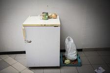 Un frigo et quelques legumes dans le refuge d'une famille de migrants, Ariège