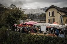 Le marché d'Engomer où tous les vendeurs sont des producteurs locaux dont la plupart solidaires de la cause des migrants, Engomer, Ariège