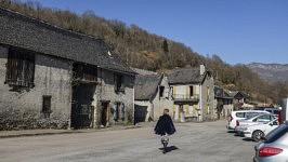 Une activist d'ACARM09 pour la cause des migrants et bénévole à l'épicerie solidaire dans son village de montagne, Audressein, Ariège