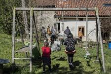 Une famille de migrants, sur le point d'être expulsée du territoire, est accueillie par une famille française militante pour quelques mois dans leur maison, Ariège