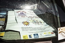 L'affiche de l'association Cent pour un toit à l'arrière de la voiture d'une militante, Ariège