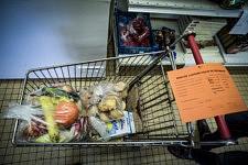 Dans les bureaux du Secours Populaire, un caddy rempli de nourriture est prêt à être donné à une famille pour tenir une semaine, Pamiers, Ariège