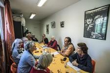 Mireille participe à la  reunion mensuelle des associations de solidarité d'Ariège dans les locaux d'Emmaus, avec les membres du RESF, de la Ligue des Droits de l Homme, du Secours Catholique, du Secours Populaire... Femme engagée depuis toujours et médecin à la retraite,  trésorière, une des animatrices de l'association Cent pour un toit Ariege basée à Pamiers, elle est revenue après une vie passée ailleurs, dans ce département où elle est née. Pamiers, Ariège