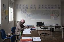 Dalanda, ici dans la salle de classe de français, a déménagé à Foix en juillet 2019 après deux années passées dans le CADA au Fossat en tant que demandeuse d'asile. Désormais légale en France, après un long périple de l'Afrique à l'Europe jusqu'en France, elle s'occupe seule de ses cinq enfants et reste très isolée, coupée des personnes rencontrées au CADA , Foix, Ariège