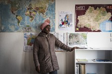 Dalanda pose devant les cartes du monde dans la salle de classe de français, résumant son long voyage de l'Afrique à l'Europe jusqu'en Ariège : encore très seule, mais désormais légale en France, elle peut prétendre à reconstruire sa vie avec ses cinq enfants. Foix, Ariège