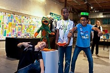 Jour de l'inauguration de l'exposition des enfants de l'Association La Source au Centquatre à Paris, le 9 septembre 2011.