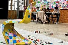 Enfants pendant un atelier animé par les Ensaders, Ateliers d'été de l'Association La Source au Centquatre, à Paris, en 2011.
