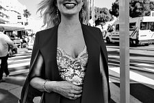 Smiling woman wearing bustier strolling on the Croisette, Cannes Film Festival 2017. Femme souriant en bustier croisée sur la Croisette, Festival de Cannes 2017.