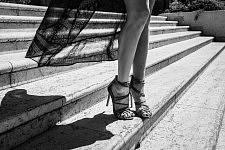 Detail of a woman climbing down on high heels some stairs, Cannes Film Festival 2017. Détail d'une Femme descendant des escaliers en hauts talons, Festival de Cannes 2017.